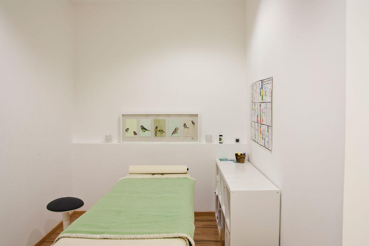 Behandlungszimmer 1 für Nuad und Massage mit Massagetisch